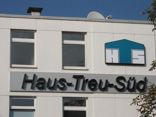 Haus-Treu-Süd, München | Einzelbuchstaben im Profil 8 mit LED Ausleuchtung und Black&White Acrylglas, d.h. Tagesansicht schwarz, Nachtansicht bei Durchleuchtung weiß - Logo als Transparent im Profil 4 mit 3M Farbfolie