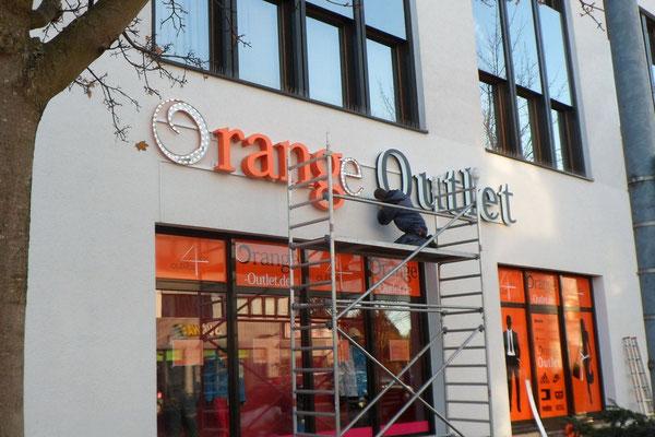 Orange Outlet, Regensburg | Profil 8 Buchstaben als Front- und Seitenleuchter