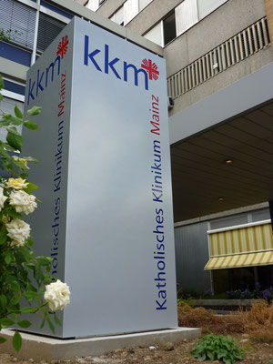 Katholisches Klinikum Mainz, Pylon vierseitig aus Aluminium, Logo und Text dekupiert/flach hinterlegt
