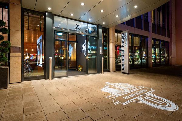 me and all hotel Düsseldorf | Pylon, doppelseitig mit dekupiert/durchgesteckten Buchstaben