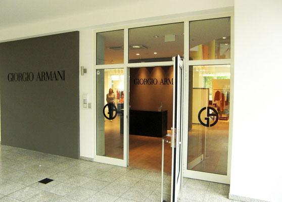 Giorgio Armani, Düsseldorf | unbeleuchtete Buchstaben aus Acrylglas sowie diverse Folienbeschriftungen