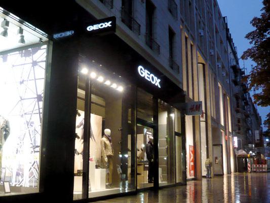 GEOX Düsseldorf, Königsallee - Ausstecker mit durchgesteckten Buchstaben und LED-Ausleuchtung