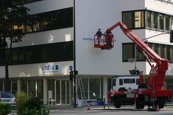 LESIA AG - Unterputz-Aluminiumblende mit aufgesetzten Vollacryglas-LED-Buchstaben (Frontleuchter)