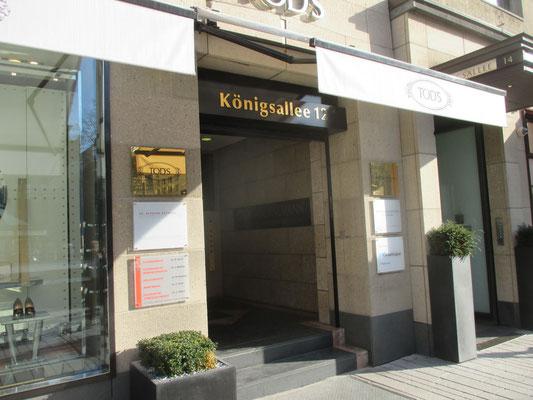 Königsallee 12, Düsseldorf | TiN vergoldete Einzelbuchstaben aus Edelstahl sowie gravierte Schilder