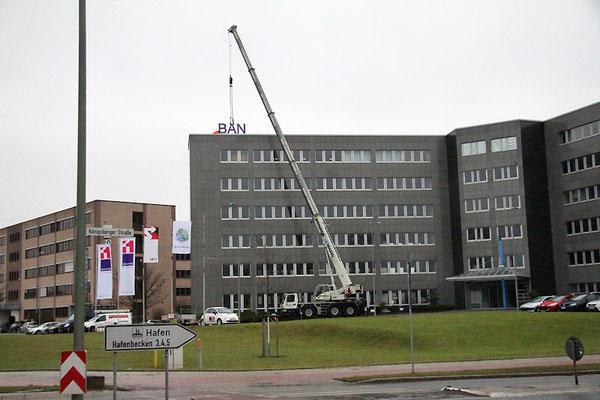 Bank11, Neuss | Dachwerbeanlage im Profil 4 mit LED Ausleuchtung - mit Stahlkonstruktion und Betonbeschwerungen