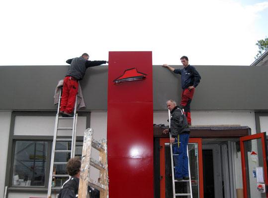 Pizza Hut, Wiesbaden | Die Lichtwerbefabrik fertigte dieses Eingangsportal für Pizza Hut an