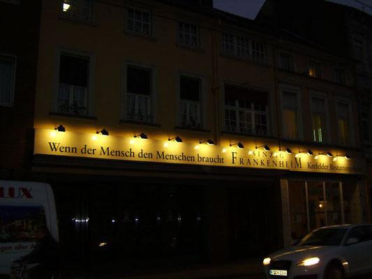 Sinzig-Frankenheim, Krefeld | Blende aus Aluminium 15,8x0,8 m, lackiert mit Folienbeschriftung und externen Strahlern