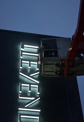 Einzelbuchstaben im Profil 8 - hier als Seitenleuchter (Leyendecker, Wuppertal)