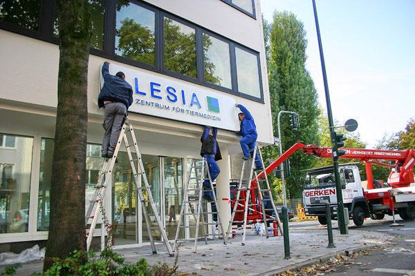 LESIA AG - Aluminiumhaube mit aufgesetzten Vollacryglas-LED-Buchstaben (Frontleuchter)