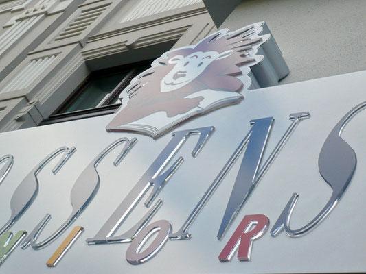 Gossens Junior, Düsseldorf | Leuchtkasten, Texte dekupiert, mit 10 mm klarem Acrylglas durchgesteckt und mit Folie aufgedoppelt