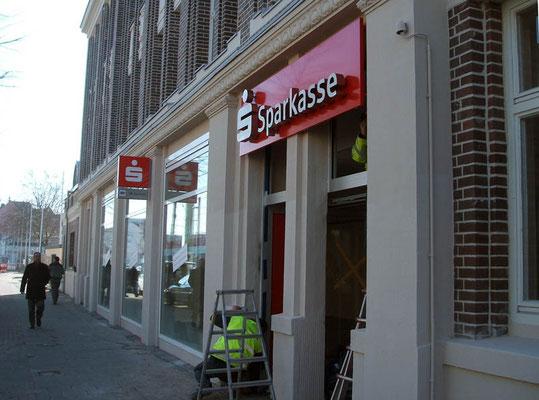 Stadtsparkasse Düsseldorf, B8 Center | Einzelbuchstaben im Profil 3 aus Edelstahl auf Blende sowie ein Ausstecker nach dem Corporate Design der Stadtsparkasse Düsseldorf