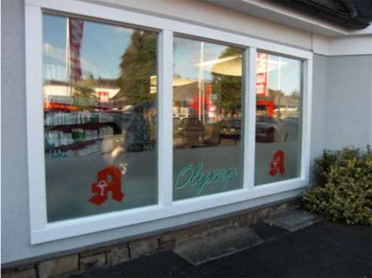 Olymp Apotheke, Wissen | Neue Folienbeschriftung und UV-Schutzfolie für Schaufensteranlage