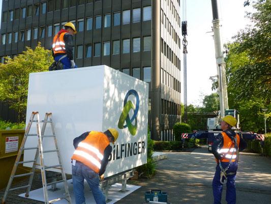 Bilfinger, Velbert | Der neue Leuchtwürfel wird zur Montage vorbereitet