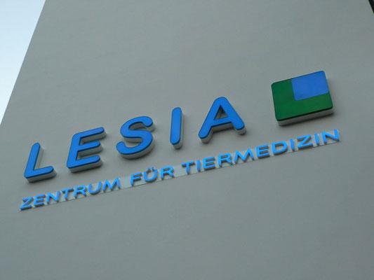 LESIA AG - Einzelbuchstaben im Profil 5 mit LED Ausleuchtung auf Unterputzkabelleiste sowie Unterputz-Aluminiumblende mit aufgesetzten Vollacryglas-LED-Buchstaben (Frontleuchter)