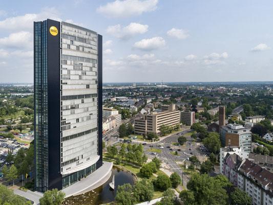 ARAG-Tower | PVC-Spanntuch ca. 7,0m im Durchmesser, UV-bedruckt im Digitaldruck mit Hochleistungs-LED-Technik hinterleuchtet