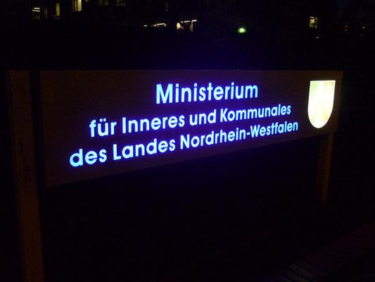 Ministerium für Inneres und Kommunales, Düsseldorf | Leuchtschild, dekupiert und flach hinterlegt mit LED-Ausleuchtung