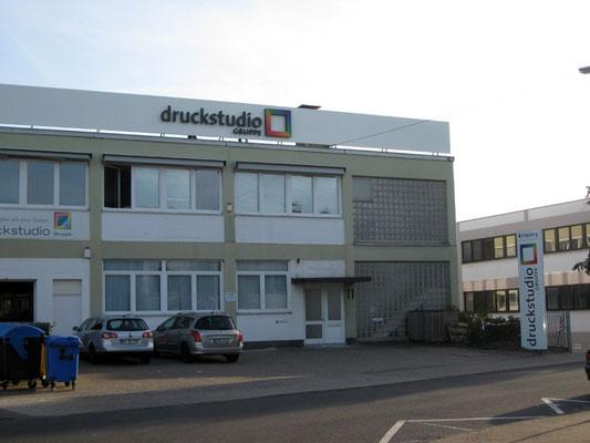 Druckstudio Gruppe, Düsseldorf | Einzelbuchstaben im Profil 3 und Logo im Profil 5 mit LED-Ausleuchtung
