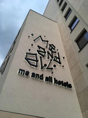 me and all hotel Düsseldorf | Einzelbuchstaben im Profil 3 mit Unterputzkonstruktion