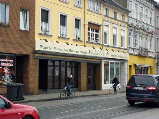 Sinzig-Frankenheim, Krefeld | Blende aus Aluminium 16,0x0,8 m, lackiert mit Folienbeschriftung und externen Strahlern