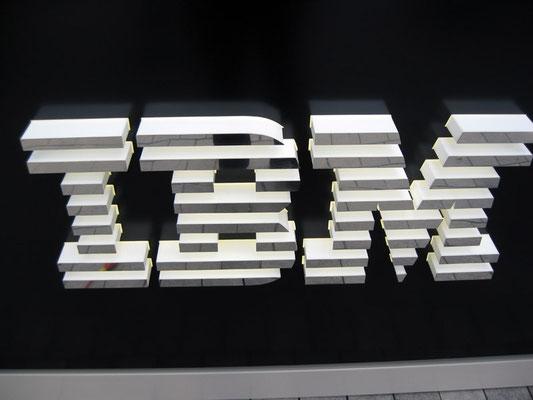 IBM | Kleiner Standpylon aus Aluminium, Logo dekupiert/durchgesteckt und mit Edelstahl aufgedoppelt