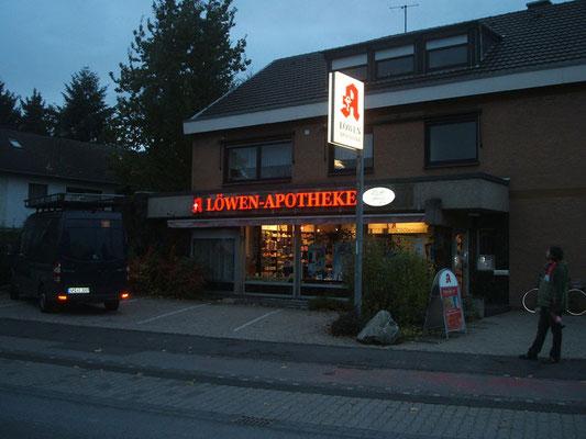 Löwen-Apotheke, Niederkassel | Einzelbuchstaben im Profil 5s sowie Ausleger an Mast