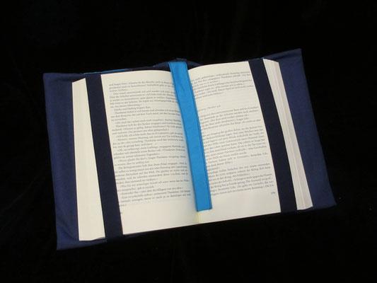Gummibänder halten die Seiten und ein Lesezeichen ist integriert