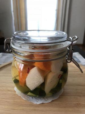 瓶の中で浸かっている野菜