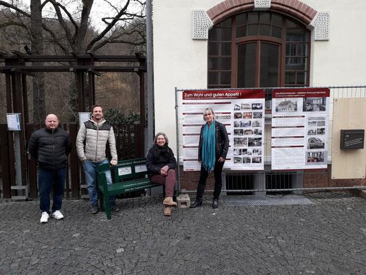 Der Auftakt fand am Hotel Parkschlösschen statt in Anwesenheit der Museumsleiterin Frau Berner, dem Vorsitzenden des Geschichtsvereins Dr. Bochmann, Herrn Soringmann vom Parkschlösschen und der Gestalterin Frau Bretschnschneider.