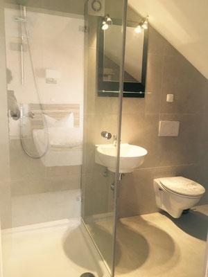 Badezimmer im Dreibettzimmer Hotel am Hafen Mannheim