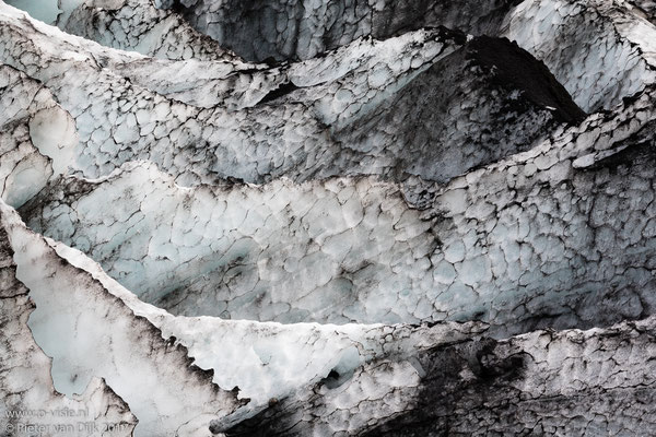 Ijs met lavazand van de Sólheimajökull