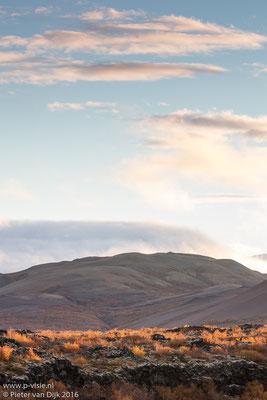 Landschap bij Hraunfossar in licht van de opkomende zon