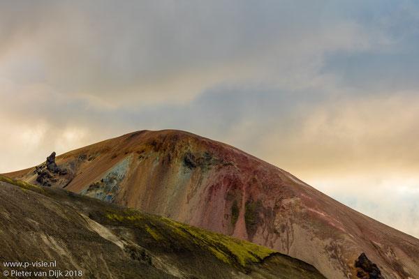 Ondergaande zon boven gekleurde berg