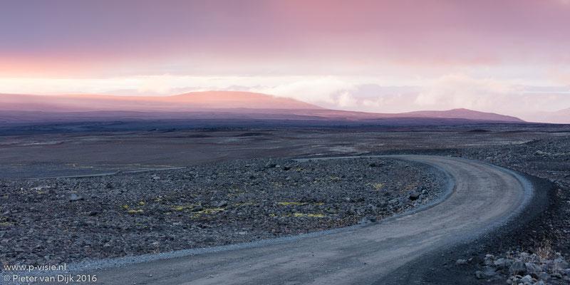 Zonsondergang langs de weg naar Langjökull