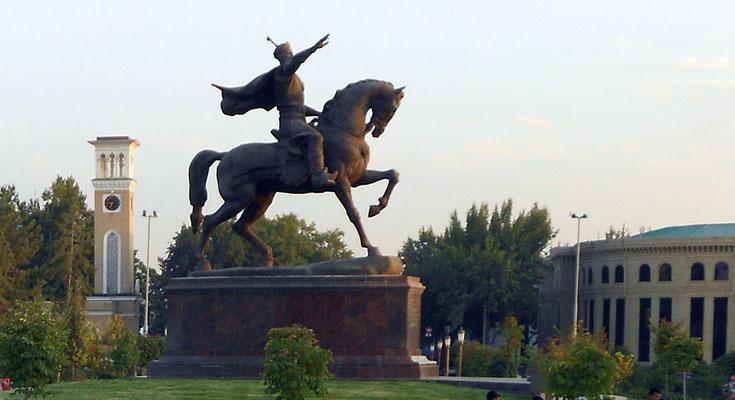 Estatua ecuestre de Tamerlan en la plaza Amin Timur de Tashkent (lateral)