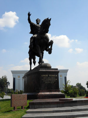 Estatua ecuestre de Tamerlan en la plaza Amin Timur de Tashkent (frontal)