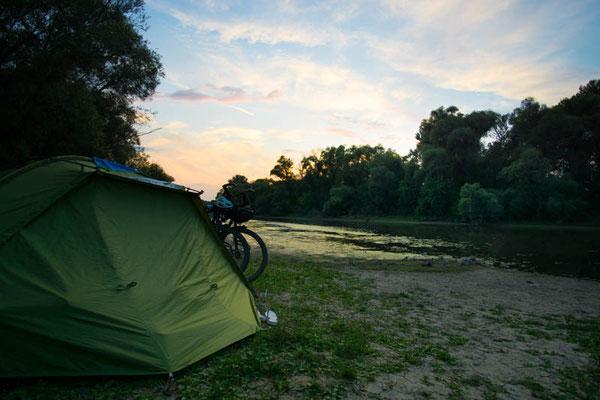 Wildcampen an der Donau mit vielen Gelsen. Sonst traumhaft!