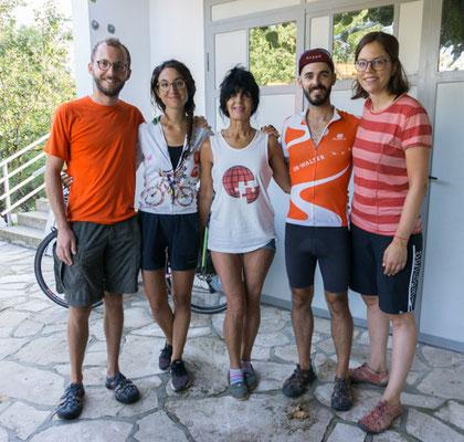 """Alex und Camille (links) mit unserem Airbnb-Host Seka. Alex und Camille sind bereits seit 8 Monaten in Europa unterwegs und haben uns vor den Bergen Albaniens """"gewarnt"""". Es ist immer toll, sich mit anderen Radreisenden auszutauschen!"""