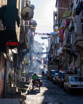 Früh morgens in Istanbul am Weg zu unserer Unterkunft. Ein besonderes Erlebnis, den Stadtrand dieser pulsierenden Stadt beim Aufwachen zu erleben.