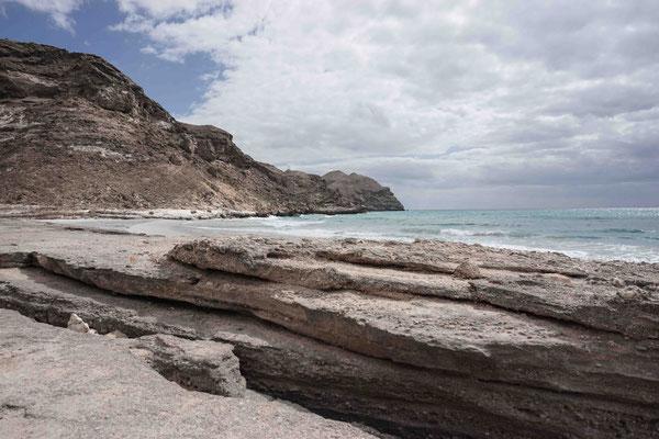 Weiter Richtung jemenitische Grenze findet man einsame Strände wie diesen hier.