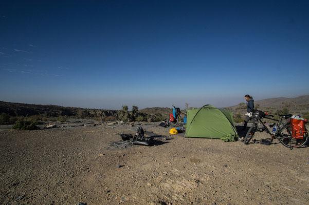 Geschafft! Und zur Belohnung gibt es einen Campingspot mit Aussicht, erste Reihe fußfrei.