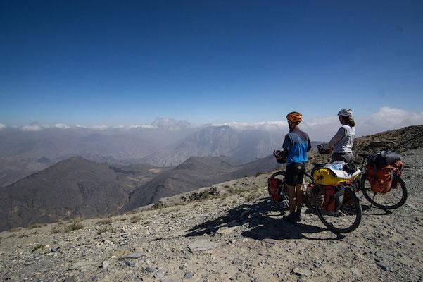 Der erste Blick auf die andere Seite des Berges. Die Weiten des Hajar Gebirges tun sich vor uns auf. Ein intensiver Moment.