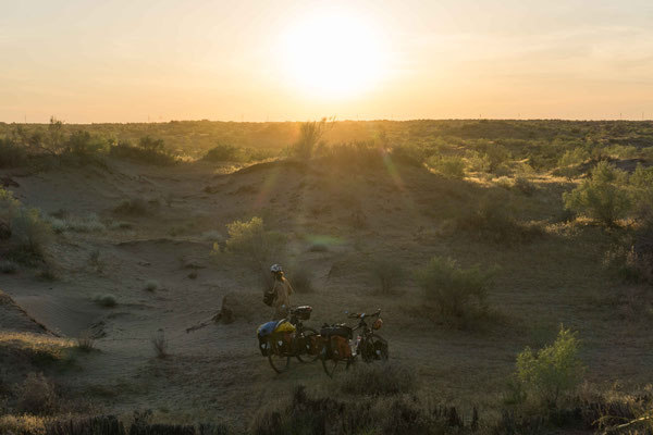 Zeltplatzsuche in der Wüste bei Sonnenuntergang.