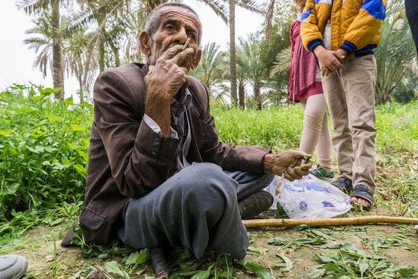 Über 90 Jahre und noch immer täglich am Feld um Kamille zu pflücken. Und zu rauchen.