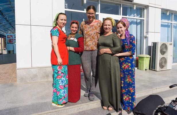 Vor dem Supermarkt mit den Kassiererinnen. Die Dame außen links hat so gut englisch gesprochen, dass wir so einiges von ihr erfahren konnten. Ein seltener Moment in Turkmenistan für uns!