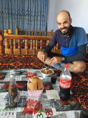 Eiskaltes Cola, frisch gebackenes Brot und Spaghetti a la Turkmenistan im Gefrierschrank. In Turkmenistan sitzt man zum Essen am Boden bzw. auf erhöhten Plattformen.