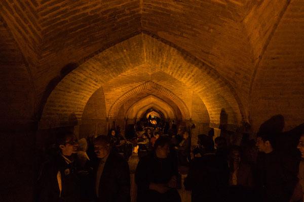 Unter den Brücken Isfahans treffen sich die Iraner um gemeinsam zu singen. Als wir lauschen wollten, haben sie uns sofort in ihr Singen muteinbezogen!