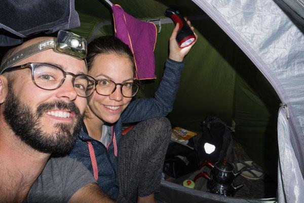 Wir bekommen wieder einmal Tee ans Zelt geliefert, obwohl es draußen wie aus Kübeln regnet.