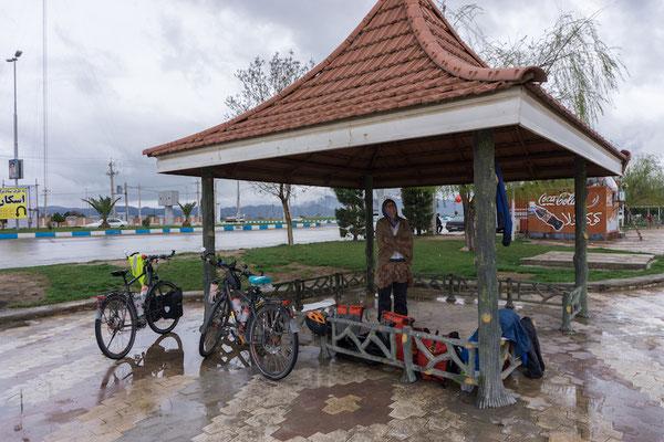 Diese Pavillons gibt es immer an Dorfeinfahrten. Bei dem Wetter ein guter Ort für die Nächte.