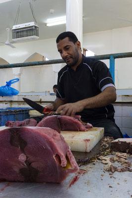 Den berühmten Freitags-Viehmarkt in Nizwa haben wir zwar verpasst, dafür konnten wir ungestört beim zerlegen von Thunfisch zuschauen.