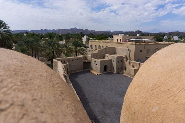 Der Blick vom Nizwa Fort auf die kleine Stadt. Das größte Fort Omans.